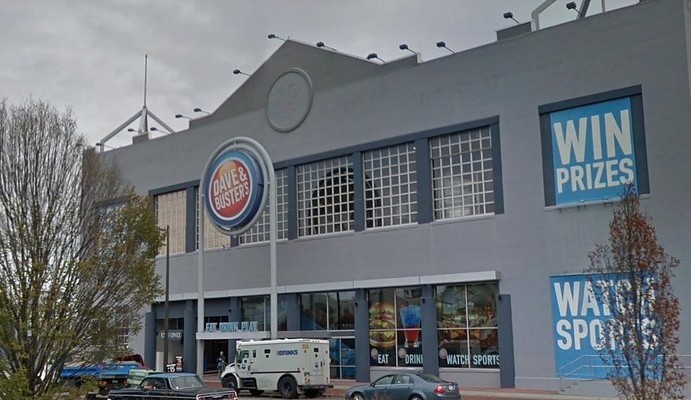 Complaint for Philly Dave and Busters; live rodent observed, 10 violations following inspection