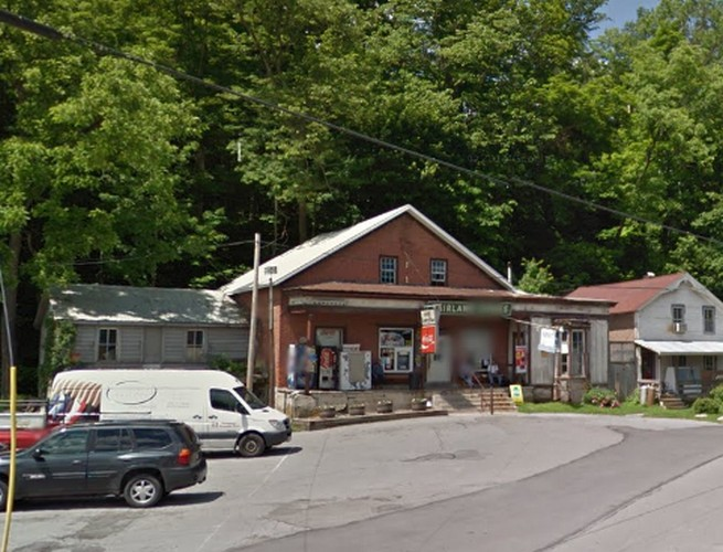 Approx 250 old dried rodent droppings on shelving with chips;  Jodon's Country Place in Spring Mills fumbles state inspection