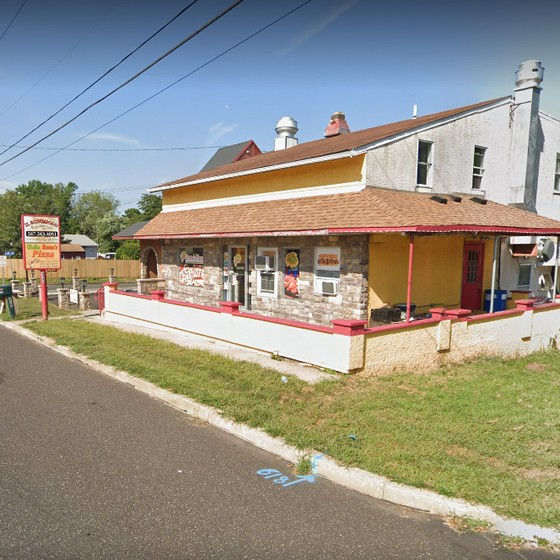 Bella Romas Pizza in Lansdale fumbles inspection; Pizza boxes on floor, stored outside of facility, 8 violations